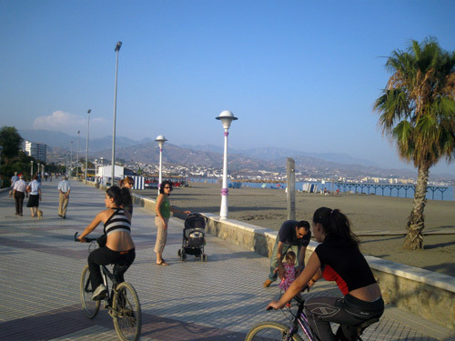 Spaziergang am Strand u2013 Strandpromenaden in Mu00e1laga