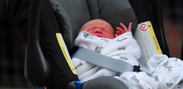 Prins George is niet blij in zijn babyzitje