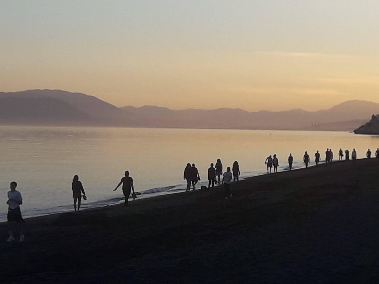 Muchas personas disfrutando de un paseo al amanecer en el primer día des desconfinamientoen Máaga